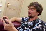 Венцеслав распевается в караоке