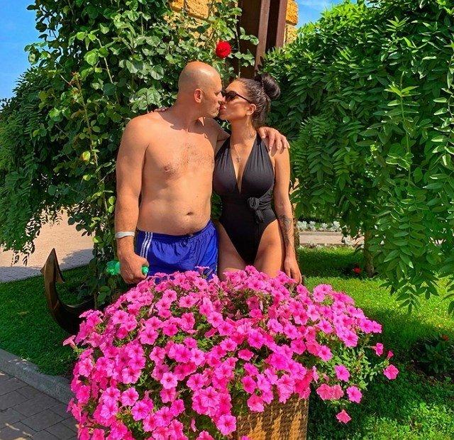 Татьяну Мусульбес затравили из-за поцелуя с отцом