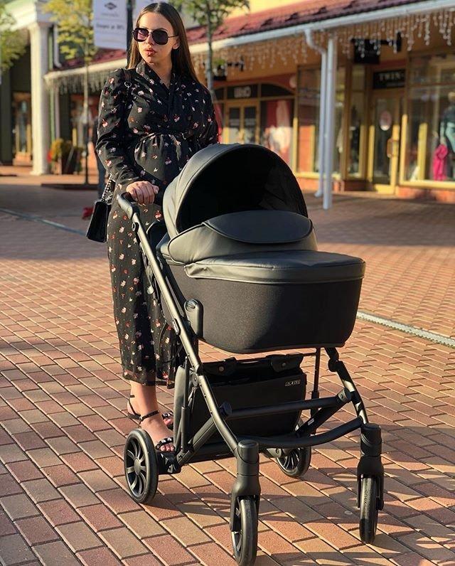Саша Артёмова купила будущему ребёнку чёрную коляску